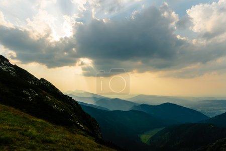 Photo pour Inspirant de paysages de montagnes, coucher du soleil de l'été dans les Tatras, à la lumière du soleil sur la crête de la montagne et ciel nuageux, Pologne - image libre de droit