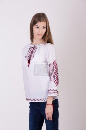 Photo pour Belle fille en vêtements nationaux ukrainiens - image libre de droit