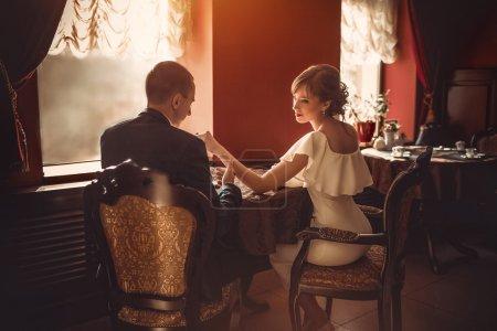 Photo pour Heureux mariés sur leur mariage dans des appartements vintage classiques - image libre de droit