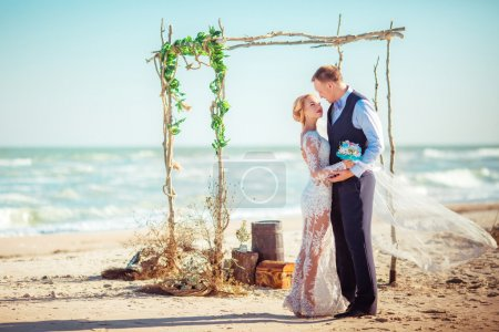Photo pour Heureux marié et mariée le jour du mariage sur le bord de mer - image libre de droit