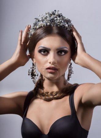 Photo pour Modèle de belle femme avec professionnel composent portant des bijoux de couronne - image libre de droit