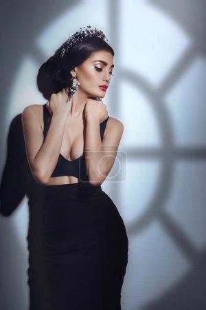 Photo pour Belle femme modèle avec maquillage professionnel portant couronne de bijoux - image libre de droit