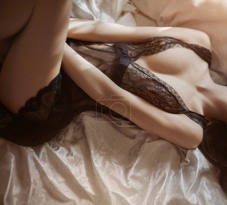 Photo pour Romantique belle femme en lingerie - image libre de droit