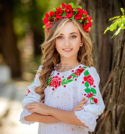 Photo pour Belle fille en tenue nationale ukrainienne - image libre de droit