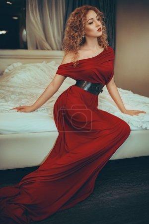 Photo pour Portrait de belle jeune femme avec maquillage en robe rouge - image libre de droit
