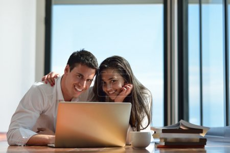 entspanntes junges paar auf laptop computer