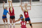 Gruppe der jungen schönen Mädchen Volleyball spielen