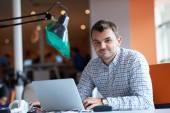 Spuštění obchodu, softwarový vývojář pracující na počítači