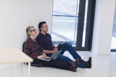 unternehmensgruendung paar auf laptop computer im