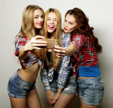 Photo pour Style de vie, bonheur, émotionnel et concept de personnes : filles drôles, prêt pour la fête, selfie - image libre de droit