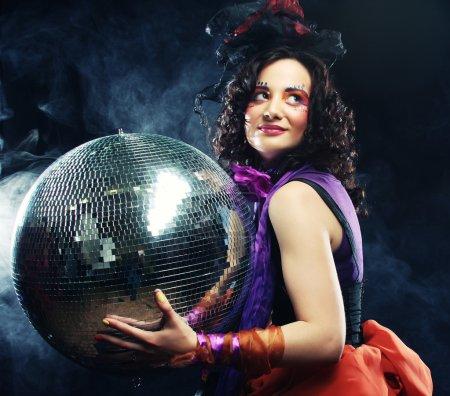 Photo pour Fille carnaval avec boule disco - image libre de droit
