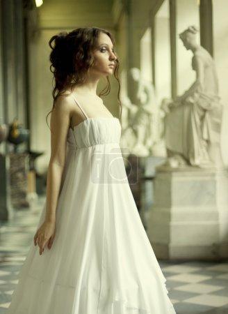 Photo pour Portrait d'une belle jeune femme victorienne en robe blanche.Palais russe . - image libre de droit