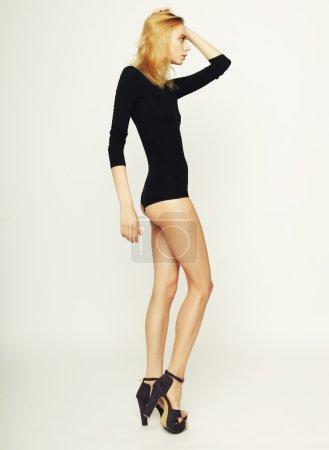 Photo pour Belle femme modèle de mode avec un corps mince parfait et de longues jambes - image libre de droit