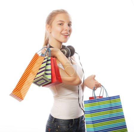 Photo pour Portrait de jeune femme souriante heureuse avec des sacs à provisions, isolée sur fond blanc - image libre de droit