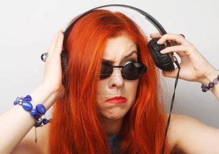 Photo pour Femme de style Rock avec un casque d'écoute de la musique - image libre de droit