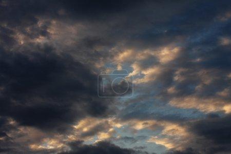 Photo pour Ciel de fond avec les nuages, soirée - image libre de droit