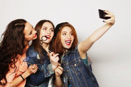 Photo pour Drôles de filles, prêt pour la fête, selfie - image libre de droit