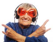 Legrační stará dáma poslech hudby