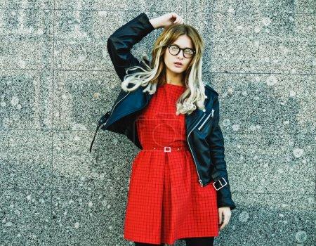 Photo pour Mode portrait de femme hipster en tenue d'été casual chic posant sur fond de mur. - image libre de droit