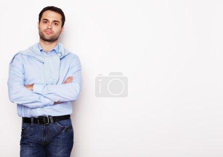 Photo pour Style de vie et concept de personnes : jeune homme heureux en chemise bleue. Sur fond blanc . - image libre de droit