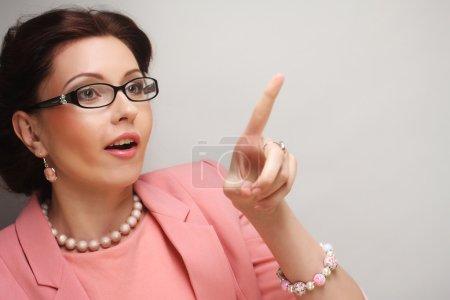 Photo pour Jeune femme d'affaires en lunettes roses. Images drôles . - image libre de droit