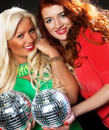 Photo pour Filles de fête avec boule disco, heureux et sourire . - image libre de droit