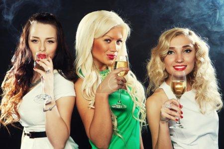 Photo pour Groupe de filles fête tinter les flûtes avec vin mousseux - image libre de droit