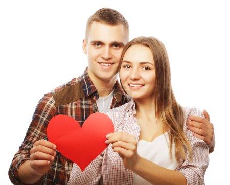 Photo pour L'amour, la famille et les gens concept : Couple heureux dans l'amour tenant coeur rouge . - image libre de droit