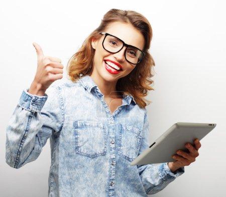 Photo pour Style de vie et concept de personnes : adolescente heureuse portant des lunettes avec tablette PC - image libre de droit