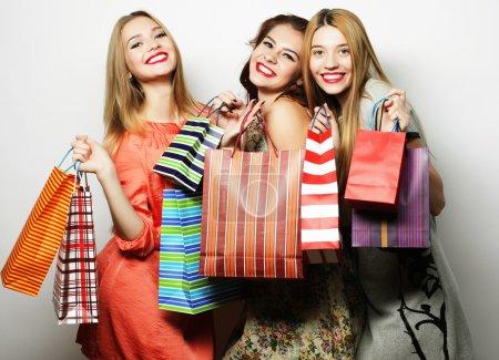 Photo pour Style de vie et concept de personnes : Belles jeunes femmes avec des sacs à provisions - image libre de droit