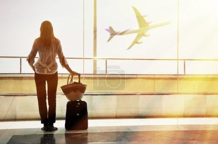 Photo pour Fille à la fenêtre de l'aéroport - image libre de droit