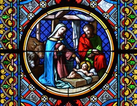 Photo pour Bâle - 3 novembre 2014 : Crèche de Noël. Vitrail dans la cathédrale de Bâle, Suisse - image libre de droit
