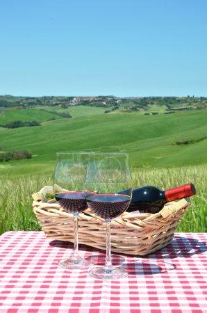 Vin rouge contre paysage toscan