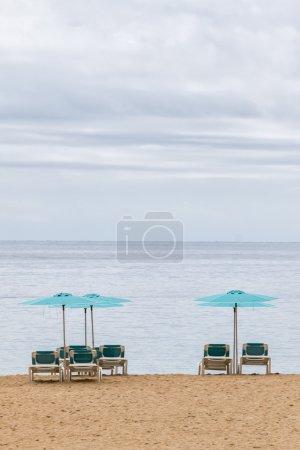 Photo pour Chaises longues attendent les touristes sur la plage - image libre de droit