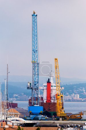 Photo pour Hauteur grue sur le port en Espagne - image libre de droit