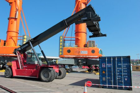 Loading containeg lifter