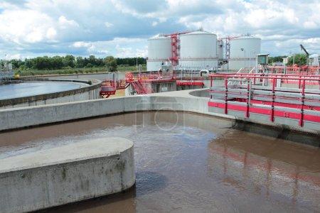 Photo pour Station de traitement des eaux usées avec bassins d'eaux usées et réservoirs de biogaz - image libre de droit