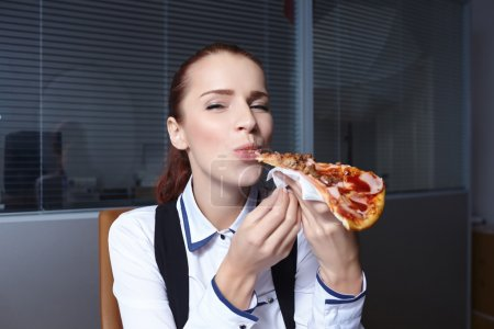 businesswoman eating pizza