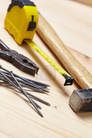 Photo pour Ensemble d'outils pour les réparations sur le fond en bois - image libre de droit