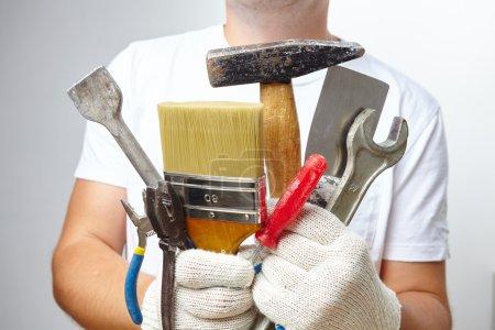 Photo pour Homme travaillant avec des outils gros plan - image libre de droit