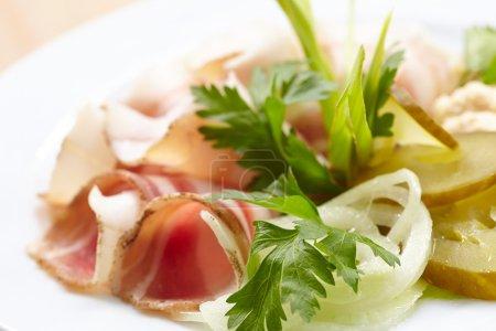 Photo pour Apéritif de viande avec des herbes sur l'assiette - image libre de droit