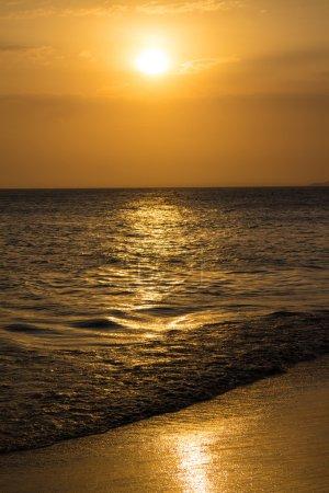 Photo pour Coucher de soleil sur la mer calme - image libre de droit