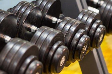 Photo pour Pondération de haltères fitness exercice équipement - image libre de droit