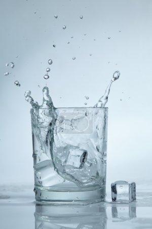 Photo pour Glaçons dans un verre d'eau - image libre de droit