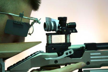 Photo pour Jeune homme visant une carabine à air pneumatique - image libre de droit