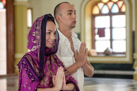 Photo pour La cérémonie de mariage d'un jeune couple dans un temple indien - image libre de droit