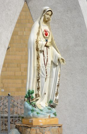 """Photo pour Kemerovo, la statue de la Vierge Marie près de l'église catholique du Coeur Immaculé de la Vierge Marie """" - image libre de droit"""