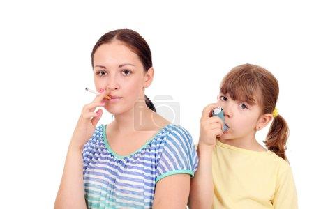 Photo pour La consommation de cigarettes chez les adultes peut causer des maladies chez les enfants - image libre de droit
