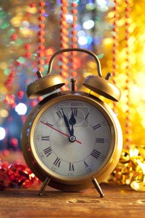Photo pour Bonne année - réveil sur fond brillant - image libre de droit