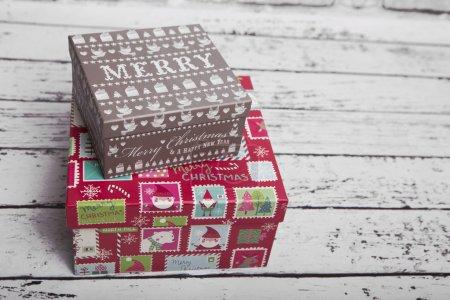 Photo pour Mignon petit cadeau de Noël sur la table - image libre de droit